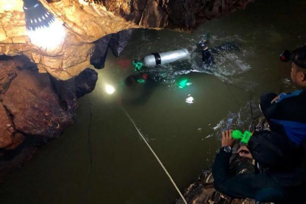 Đội đặc nhiệm Thái Lan lặn trong hang khi nước không ngừng dâng cao do mưa lớn (Ảnh: Thai Navy Seal Facebook)