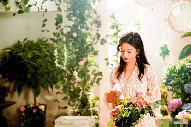 Triệu Vy tham gia ghi hình cho một show truyền hình dạy nấu ăn, tháng 6/2018. Trong loạt ảnh này, én nhỏ diện váy hoa trẻ trung, tóc buông xoã và đặc biệt fan nhận ra cô đã giảm cân đáng kể trong thời gian gần đây.