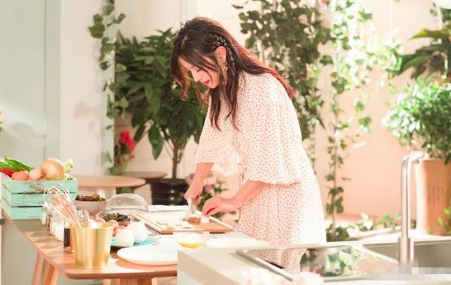 Triệu Vy cho hay, trong những kỳ nghỉ của gia đình, cô rất thích vào bếp nấu ăn cho chồng con dù việc này không diễn ra thường xuyên với một người luôn bận rộn và hay phải sống xa nhà như cô.