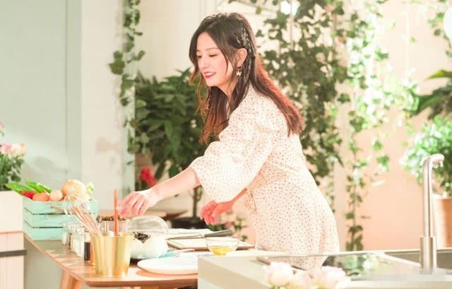 Gương mặt xinh đẹp của Triệu Vy khiến fan trầm trồ ngưỡng mộ. Khán giả ủng hộ quyết định giảm cân của én nhỏ vì nó giúp cô trông trẻ trung và nhanh nhẹn hơn.