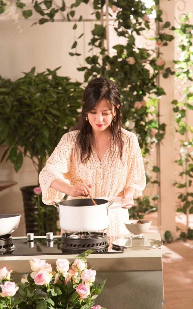 Triệu Vy thổ lộ, cô không phải là người quá khéo léo trong việc nấu ăn nhưng việc tham gia một chương trình nữ công gia chánh khiến cô thích thú và cải thiện khả năng bếp núc đáng kể.