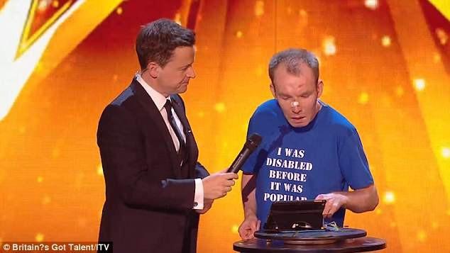 MC Dec Donnelly đã gặp phải lỗi thiếu tế nhị khi đưa mic về phía thí sinh Lost Voice Guy trong khi anh này vốn không nói được.