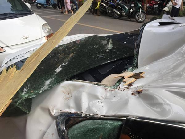 Phần đuôi và thân xe bị hư hỏng nặng.