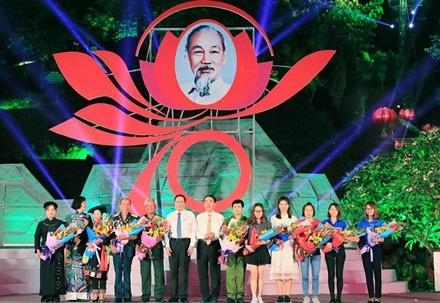 Chủ tịch UBTƯ MTTQVN Trần Thanh Mẫn và ông Trần Quốc Tỏ, Bí thư Tỉnh uỷ Thái Nguyên tặng hoa những cá nhân tiêu biểu trong phong trào thi đua tham gia cầu truyền hình tại Thái Nguyên