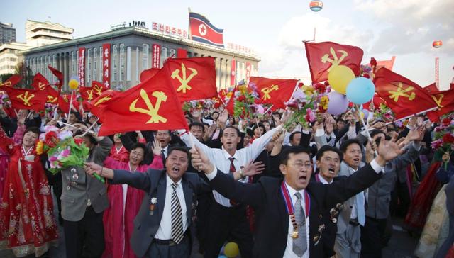 Người dân Triều Tiên tham gia lễ diễu binh tại quảng trường ở thủ đô Bình Nhưỡng (Ảnh: KCNA)