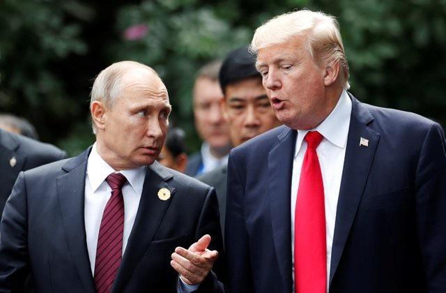 Tổng thống Nga Vladimir Putin (trái) và người đồng cấp Mỹ Donald Trump trong cuộc gặp tại Việt Nam năm 2017 (Ảnh: Reuters)