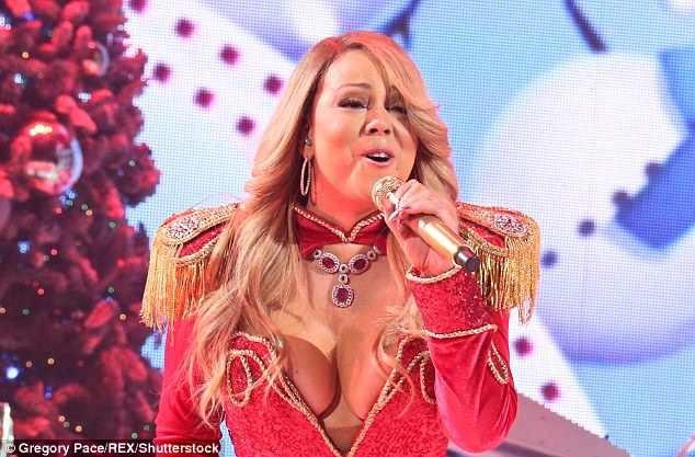 """Mariah Carey được coi là """"nữ hoàng Giáng sinh"""" bởi bản hit """"All I Want For Christmas"""" của cô vẫn vang lên rộn rã mỗi mùa lễ hội cuối năm bất kể bao nhiêu năm tháng đã trôi qua."""