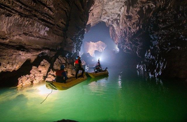 VQG Phong Nha - Kẻ Bàng là nơi tập trung những tính chất đa dạng địa chất, địa hình, địa mạo và sinh thái của thiên nhiên; nơi đây hiện diện những dấu ấn đậm nét của lịch sử phát triển địa chất lâu dài từ hơn 400 triệu năm về trước.