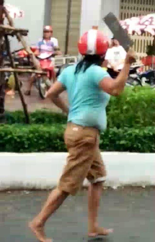 Người phụ nữ cầm dao gây náo loạn tại khu vực chợ. (Ảnh: CTV)