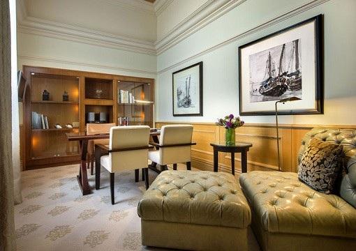 Nội thất trong căn phòng được phối hợp hài hòa giữa tông màu trắng, be và màu gỗ tự nhiên. Nội thất của căn phòng đều thuộc hạng sang. (Ảnh: Finance Twitter)
