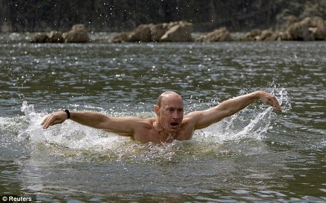 Tổng thống Putin bơi tại hồ ở Siberia. (Ảnh: Reuters)