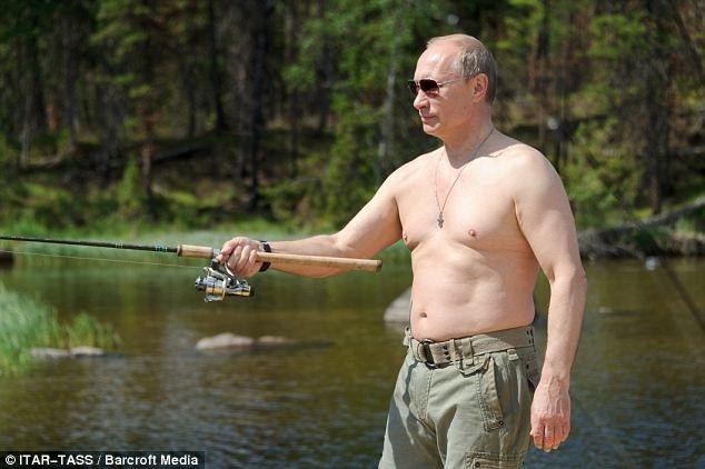 Ông Putin câu cá tại khu bảo tồn thiên nhiên quốc gia ở Tuva. (Ảnh: TASS)
