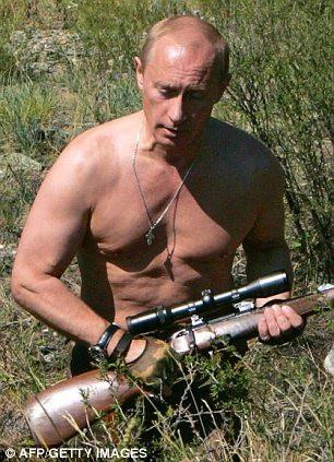 Tổng thống Putin để người trần khi mang súng đi săn. (Ảnh: AFP)