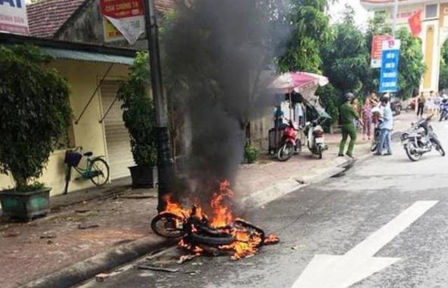 Chiếc xe máy của Trần Đình Long bị đốt trơ khung (ảnh T.H)