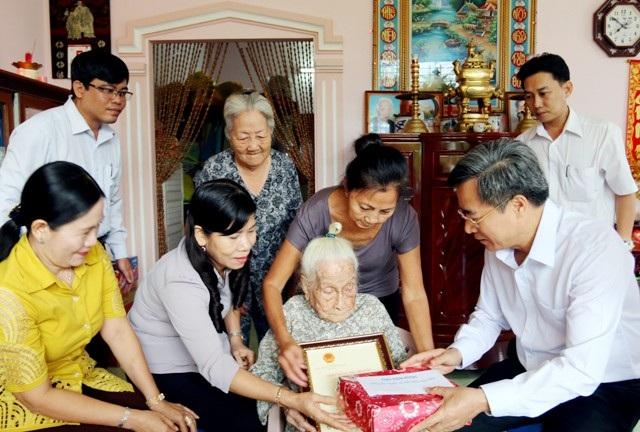Bí thư Tỉnh ủy Bạc Liêu Nguyễn Quang Dương (phải) thăm, tặng quà cho một cụ già. (Ảnh: H.T)