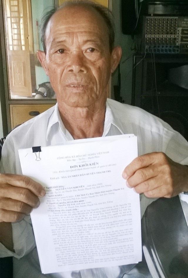 Ông Nguyễn Văn Khuyến với đơn khiếu nại.