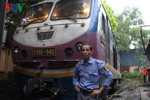 Hơn 30 năm gắn bó với nghề, ông Sơn và những đồng nghiệp luôn tự nhắc nhở phải cẩn thận để đảm bảo sự an toàn cho hành khách.