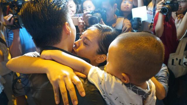 Quốc Nghiệp cũng hạnh phúc trong vòng tay vợ và con, cả gia đình dành cho nhau nhiều nụ hôn đầy tình cảm và những cái ôm thắm thiết.
