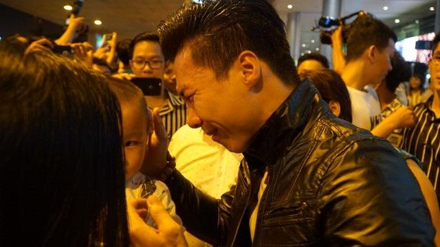 Quốc Nghiệp xúc động khi gặp lại vợ và con trai sau nhiều ngày thi đấu tại nước ngoài.