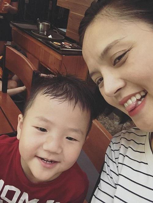 Thu Quỳnh và con trai.