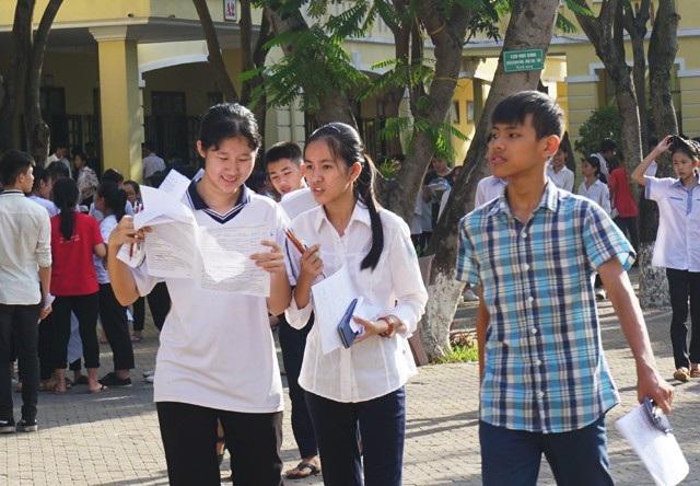 Các thí sinh tại điểm thi Trường THPT Lê Viết Thuật (TP Vinh) sau khi kết thúc thời gian làm bài thi tổ hợp