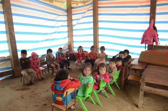Các con trong lớp học tạm bợ tại điểm trường.