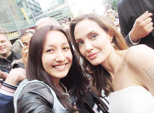 Anna Trương khoe ảnh chụp với Angelina Jolie trong buổi ra mắt phim World War Z ở Berlin.