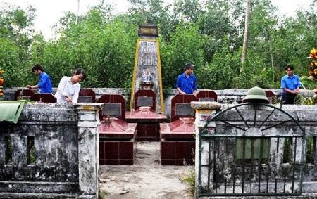 Những ngôi mộ với hai dòng chữ Ghi công của những người tử nạn tại xã Thanh Liên, huyện Thanh Chương là niềm an ủi duy nhất. (Ảnh: Nguyễn Duy).
