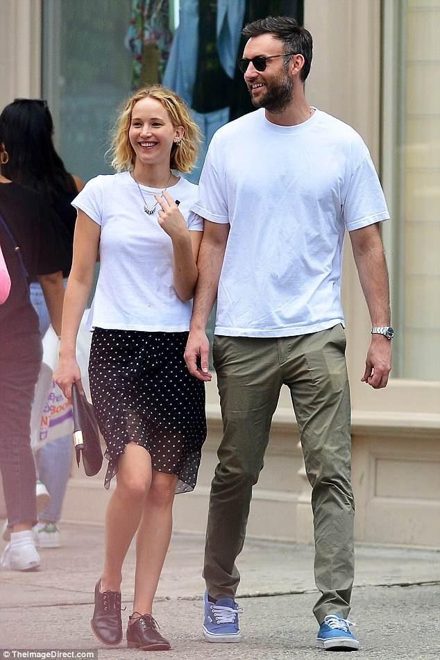 Jennifer Lawrence tươi tắn xuất hiện trên đường phố cùng Cooke Maroney, người được xem là bạn trai tin đồn mới của ngôi sao 9x tại New York, Mỹ, ngày 5/6.