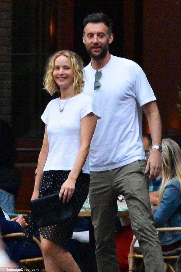 Bạn trai mới của Jennifer là giám đốc của một phòng tranh có tiếng. Cả hai trông khá thoải mái và đẹp đôi bên nhau.
