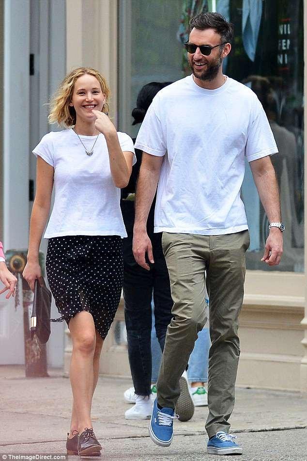 Dù không trang điểm hay diện hàng hiệu cầu kỳ, Jennifer vẫn rất tươi tắn và xinh đẹp nhờ nụ cười rạng ngời và thái độ vui vẻ.