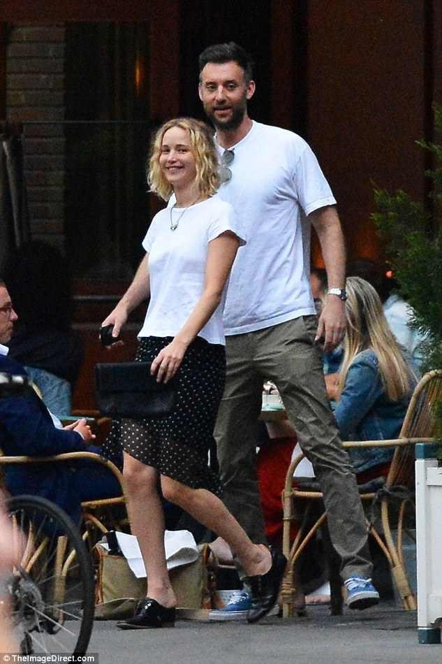 Nữ diễn viên 27 tuổi diện váy ngắn, áo phông trẻ trung cùng gương mặt không hề trang điểm khi hò hẹn với bạn trai tin đồn.