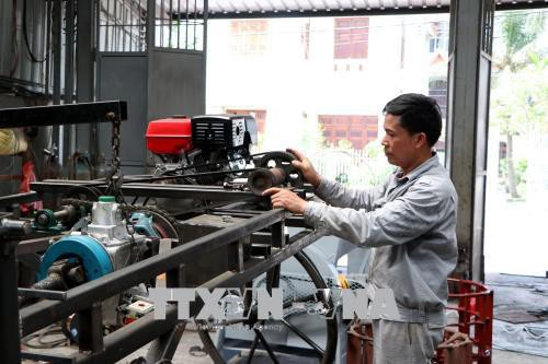 Anh Phạm Văn Hát chế tạo máy phun thuốc trừ sâu.