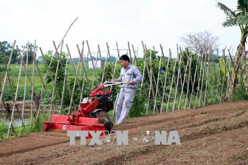 Anh Phạm Văn Hát chạy thử máy làm luống tự động với 5 chức năng trên ruộng.