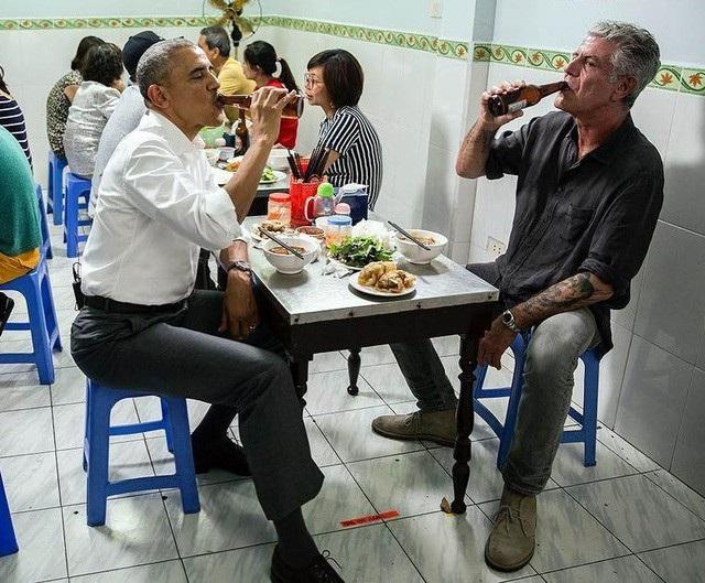 """Tại Việt Nam, ông Bourdain (phải) được biết đến nhiều nhất với biệt danh - """"người ăn bún chả cùng ông Obama"""" (trái)."""