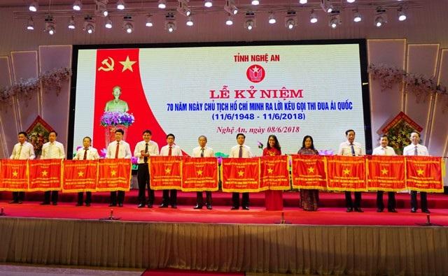 15 tập thể đón nhận Cờ thi đua của Thủ tướng Chính phủ