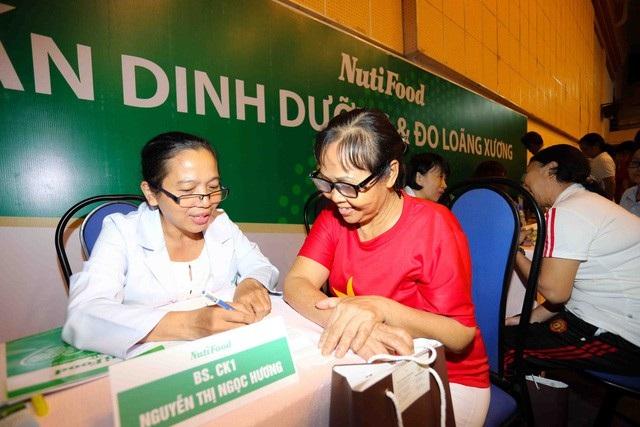 Bác sĩ của Viện dinh dưỡng NutiFood nhiệt tình tư vấn trong Ngày hội Người cao tuổi ở quận 1