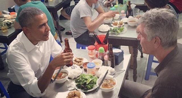 Tổng thống Mỹ Barack Obama ăn bún chả tại Hà Nội cùng đầu bếp Anthony Bourdain. (Ảnh: Nhà Trắng)
