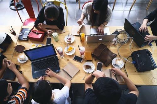 Nhóm seeder của Lê Huyền Vũ Thương đang làm việc tại một quán cà phê