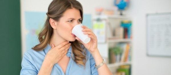 Khó nuốt kéo dài là triệu chứng thường gặp của ung thư thực quản.