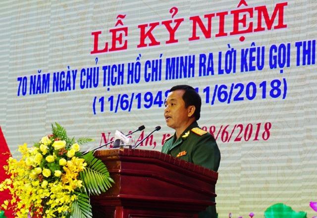 Thượng tá Hồ Ngọc Hà - Phó chỉ huy trưởng, Tham mưu trưởng Bộ CHQS tỉnh Nghệ An đọc tham luận tại Lễ kỷ niệm