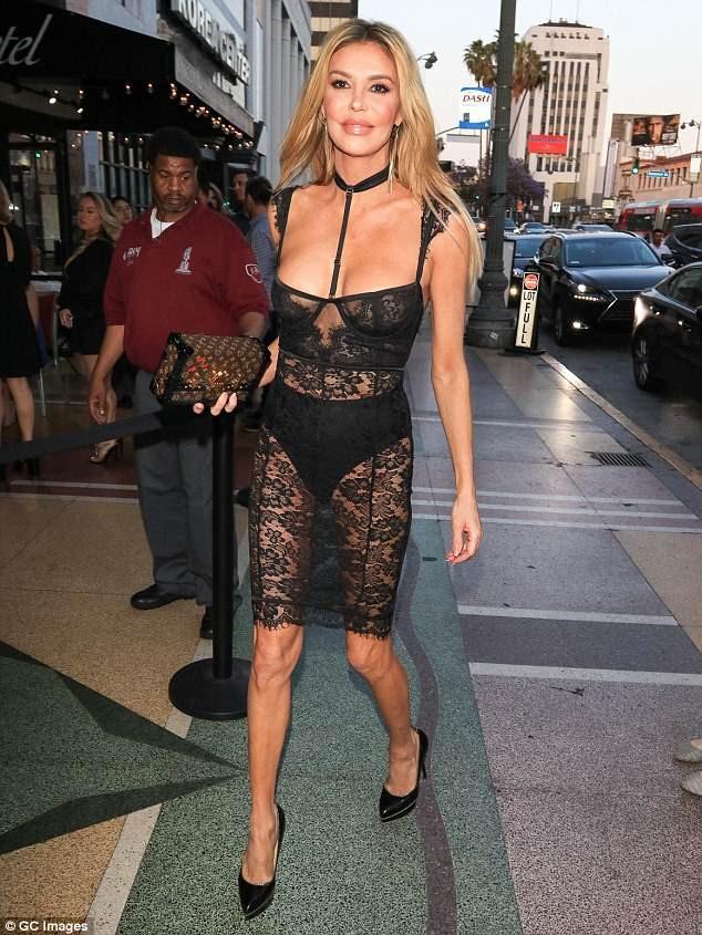 Sao truyền hình thực tế 46 tuổi diện bộ váy ren xuyên thấu gợi cảm