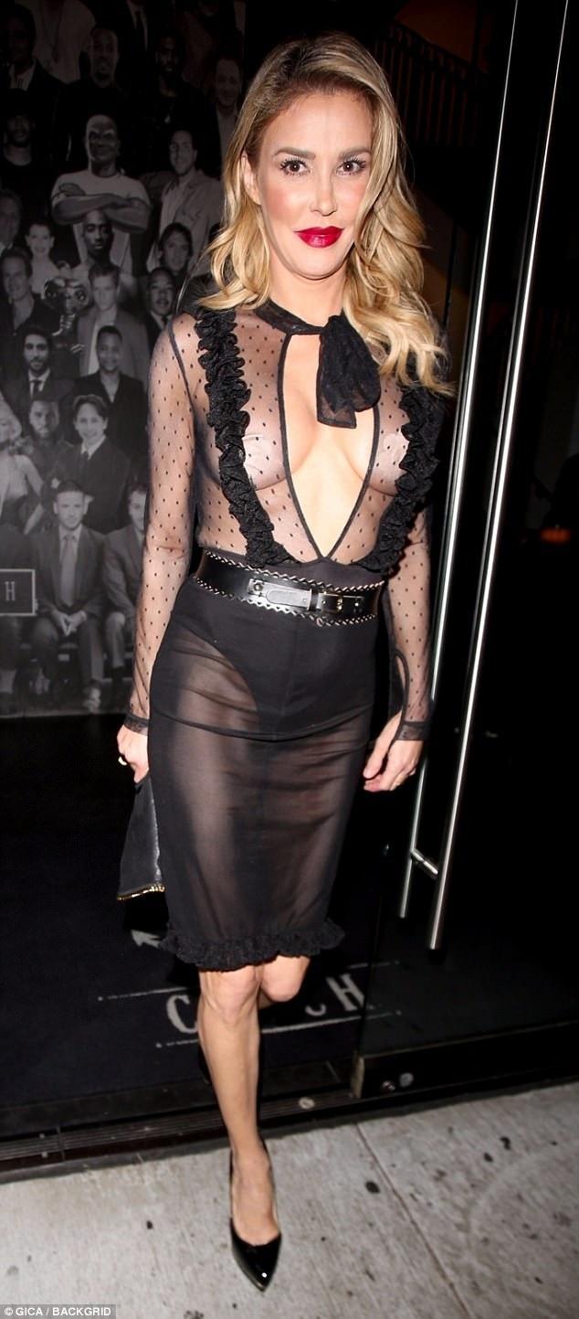 Brandi Glanville rất chuộng các kiểu váy áo xuyên thấu