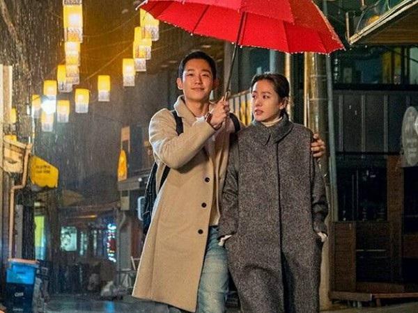 """Jung Hae In được khán giả Việt Nam biết đến mạnh mẽ thông qua phim truyền hình """"Chị đẹp mua cơm cho tôi"""" (Pretty Noona Who Buys Me Food)."""