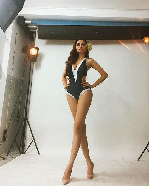 Hoa hậu Diễm Hương tự tin khoe thân hình thon thả với bộ áo tắm khoe trọn đường cong và đôi chân dài.