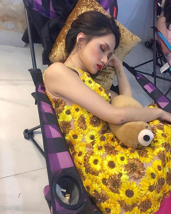 Hương Giang Idol nằm ngủ quên ngon lành trong cánh gà một chương trình đang quay hình.