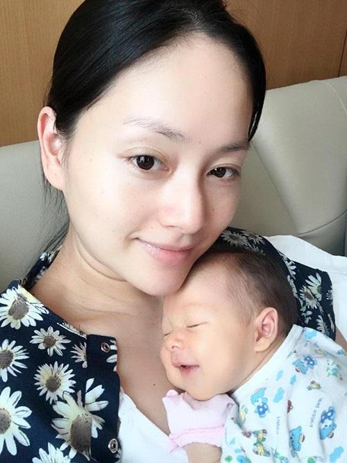 Diễn viên Lan Hương ôm con gái vào lòng và chia sẻ niềm hạnh phúc khi lần đầu làm mẹ: Ngủ trên ngực mẹ, chắc em đang mơ gì thích lắm nên cười tươi. Mẹ thì trông rõ là thiếu ngủ.