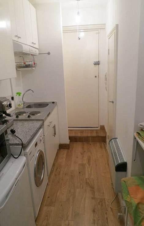 Giường ngủ chỉ cách kệ bếp, tủ lạnh, máy giặt một lối đi nhỏ. (Nguồn: The Sun)