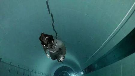 Đây là bể bơi sâu nhất thế giới với chiều sâu 40m, tương đương với chiều cao của một tòa nhà 12 tầng.