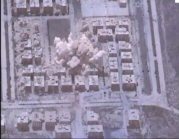 Một căn cứ của phiến quân bị trúng bom của Su-34 Nga (Ảnh: Almasdar)